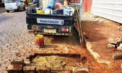 A equipe de calceteiros do Saema realizou reparos nos paralelepípedos irregulares na região do centro.