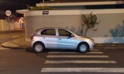 Leitor do O Independente flagra carro estacionado irregularmente na faixa de pedestre no final da rua José Bonifácio