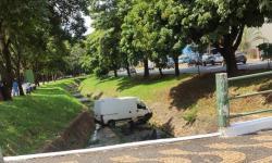 Veículo de entrega cai no ribeirão da Avenida Dona Renata