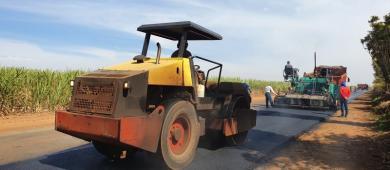 Estrada Municipal Armando Sanfelice recebe obras de recapeamento e recomposição asfáltica